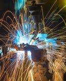 Robôs que soldam as peças automotivos Foto de Stock Royalty Free