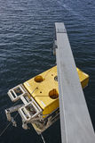 Robô submarino científico com o guindaste pronto para ser submergido foto de stock