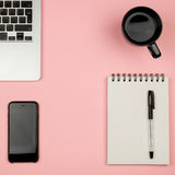Roba del Ministero degli Interni con il computer portatile, il taccuino, la tazza di caffè ed altra Fotografie Stock