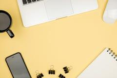 Roba del Ministero degli Interni con il computer portatile, il taccuino, la tazza di caffè ed altra Immagini Stock