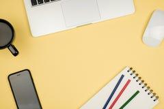 Roba del Ministero degli Interni con il computer portatile, il taccuino, la tazza di caffè ed altra Fotografie Stock Libere da Diritti