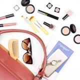 Roba della borsa della donna, concetto di viaggio Prodotti di bellezza, accessori d'avanguardia, passaporto, smartphone Fotografia Stock