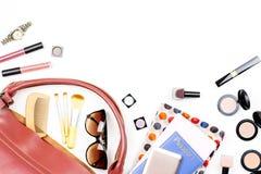 Roba della borsa della donna, concetto di viaggio Prodotti di bellezza, accessori d'avanguardia, passaporto, smartphone, spazio d Immagine Stock