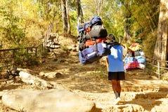 Roba di trasporto del portatore della montagna sulla montagna Immagini Stock Libere da Diritti