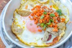 Roba fritta calda dell'uovo con carne di maiale e la salsiccia tritate Fotografia Stock Libera da Diritti