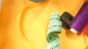 Roba per il cucito come i bottoni, filo, misurante stock footage