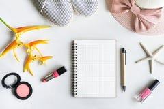 Roba, trucco, cellulare ed accessori della donna Fotografie Stock