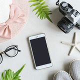 Roba, trucco, cellulare ed accessori della donna Fotografie Stock Libere da Diritti
