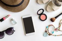 Roba, trucco, cellulare ed accessori della donna con lo spazio della copia Fotografia Stock