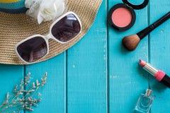 Roba, trucco ed accessori della donna con lo spazio della copia Immagini Stock Libere da Diritti