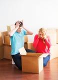 Roba unboxing delle coppie turbate dei giovani nella nuova casa del thert Fotografia Stock