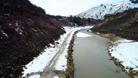Robbie Creek nära Boise Idaho i vintern med snö på bankerna arkivfilmer