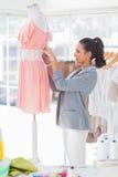 Robe attrayante de fixation de concepteur sur un mannequin photo libre de droits