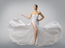 Robe blanche de femme, mannequin Bride dans la longue robe de mariage en soie photos libres de droits