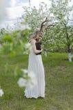 Robe blanche de port de belle fille blonde de l'adolescence avec les klaxons o de cerfs communs Images libres de droits