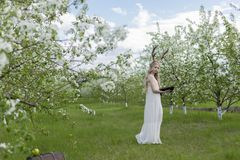 Robe blanche de port de belle fille blonde de l'adolescence avec les klaxons o de cerfs communs Photo libre de droits