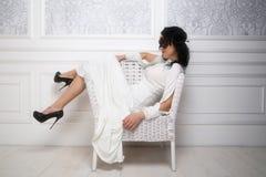 Robe blanche de port et masque de belle jeune femme dans rétro FLB Image libre de droits