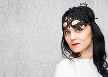 Robe blanche de port et masque de belle jeune femme dans rétro FLB Photographie stock libre de droits