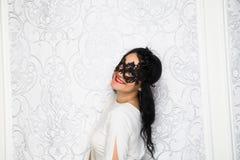 Robe blanche de port et masque de belle jeune femme dans rétro FLB Images stock