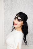 Robe blanche de port et masque de belle jeune femme dans rétro FLB Photos libres de droits