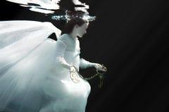 Robe blanche de port sous-marine de femme image stock