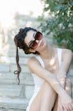 Robe blanche et lunettes de soleil de dame d'usage de short mince sexy fortement photos libres de droits