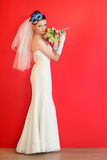 Robe blanche s'usante de mariée avec le masque bleu dans la coiffure photo libre de droits