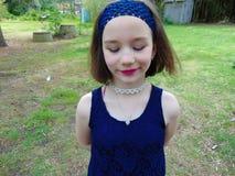 Robe bleue de la petite fille I dehors image stock