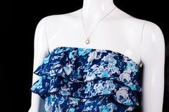 Robe bleue sans bretelles et pendant photos libres de droits