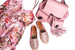 robe, chaussures et sac à dos de rose du ` s de femmes Images libres de droits