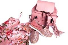 robe, chaussures et sac à dos de rose du ` s de femmes Photographie stock libre de droits