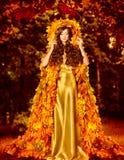 Robe d'Autumn Fashion Woman Fall Leaves, manteau extérieur de feuille Images stock