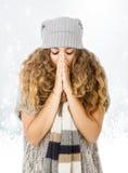 Robe d'hiver pour une congélation gentille de fille photographie stock libre de droits
