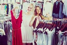 Robe de achat de deux filles dans la boutique de vêtements Images stock