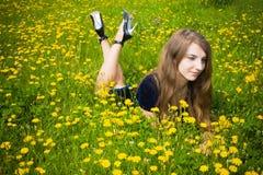 Robe de fille dans l'herbe avec des pissenlits Photos libres de droits