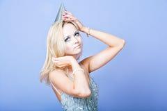 Robe de fille de partie et chapeau argentés de port blonds sexy de partie Photos libres de droits