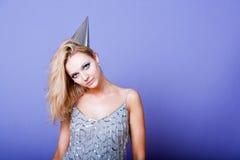 Robe de fille de partie et chapeau argentés de port blonds sexy de partie Photo stock