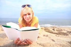 Robe de jaune de fille de livre de lecture de femme Photos libres de droits