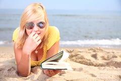 Robe de jaune de fille de livre de lecture de femme Photos stock