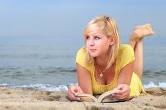 Robe de jaune de fille de livre de lecture de femme Images libres de droits