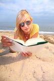 Robe de jaune de fille de livre de lecture de femme Photo libre de droits