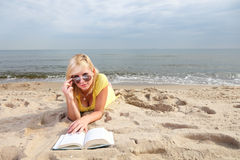 Robe de jaune de fille de livre de lecture de femme Image libre de droits