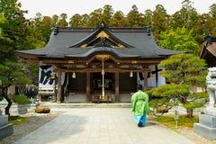 Robe de kimono et temple japonais photographie stock libre de droits
