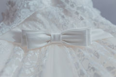 Robe de mariage avec l'arc Photos libres de droits