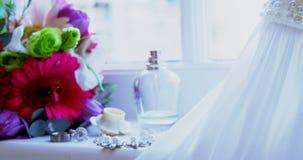 Robe de mariage avec les anneaux de mariage et les fleurs 4K 4k banque de vidéos
