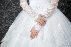 Robe de mariage blanche de dentelle avec de longues douilles Photo libre de droits