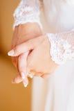 Robe de mariage blanche de dentelle avec de longues douilles Femmes Image stock