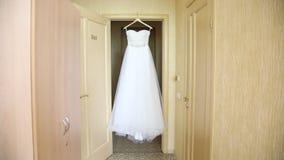 Robe de mariage dans la chambre d'hôtel banque de vidéos