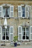 Robe de mariage dans la fenêtre Photos stock