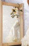 Robe de mariage dans le miroir photo libre de droits
